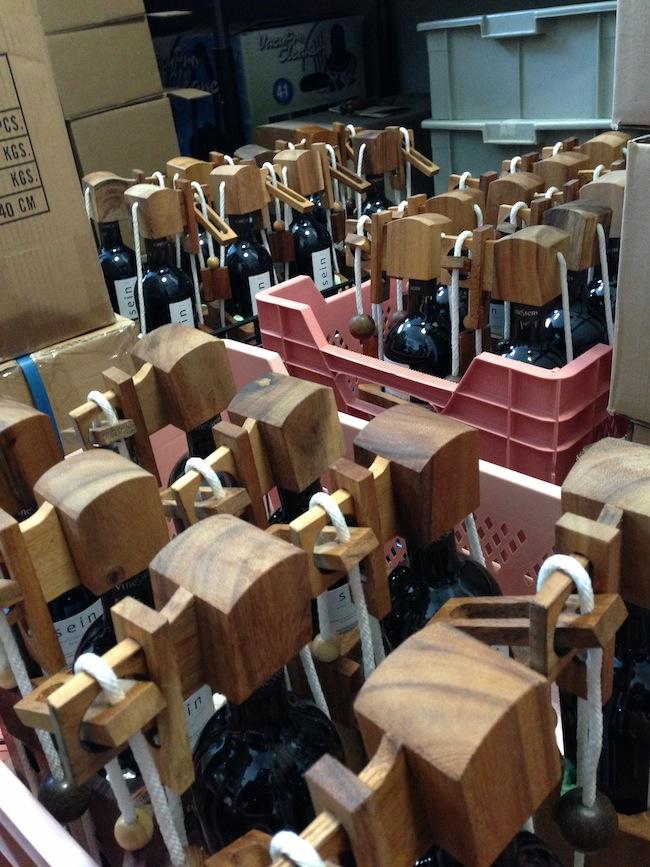 Weinflaschen mit speziellem Verschluss - Das besondere Weihnachts-GiveAway versandt im Auftrag eines DERFROSCH-Kunden