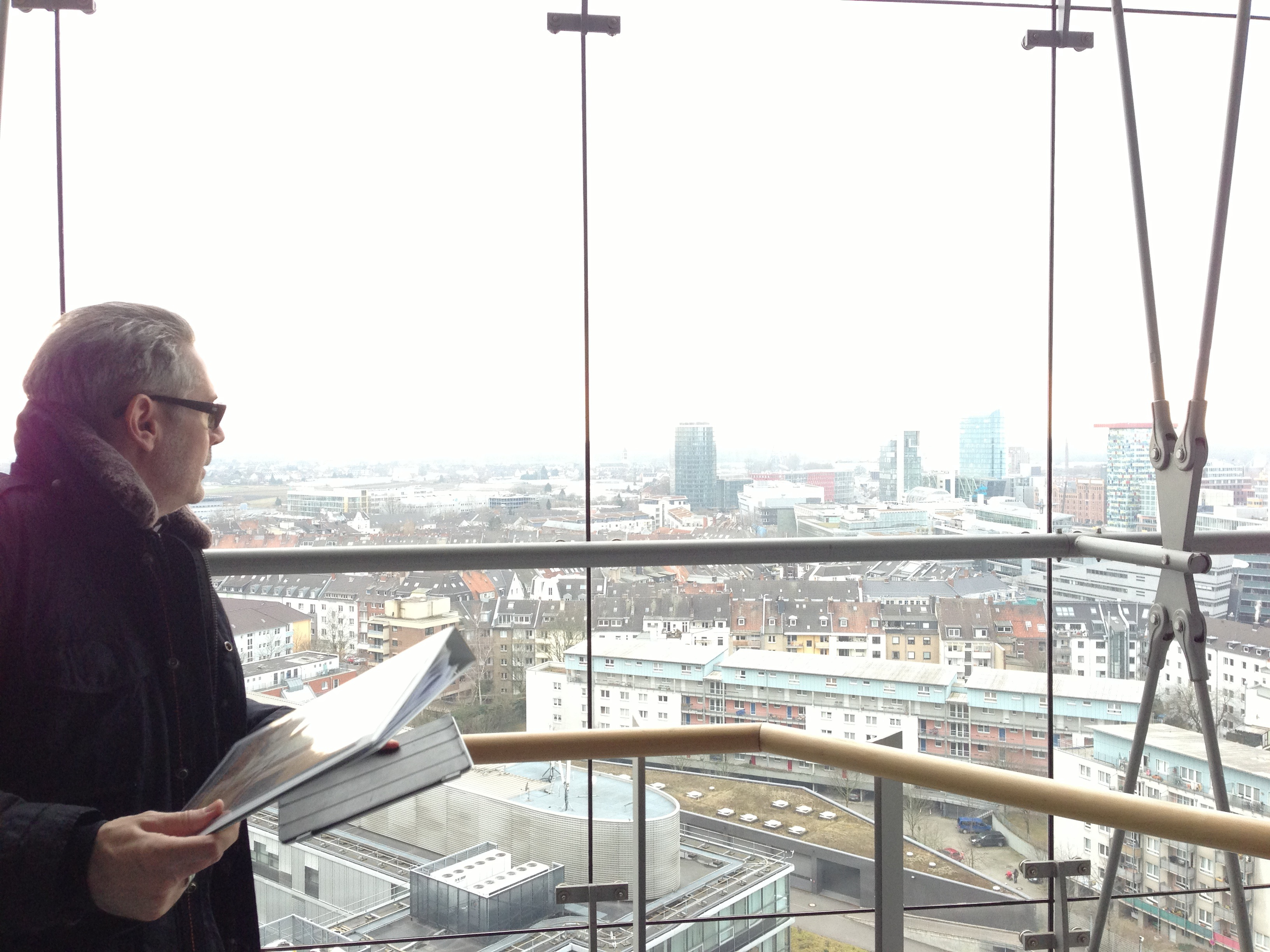 DERFROSCHKönig blickt auf Düsseldorf - aus dem Stadttor.