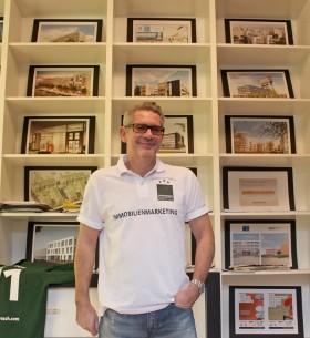 DERFROSCH-Geschäftsführer Frank Froeschke in seinen heiligen Hallen. Mitsamt Siegerlächeln.